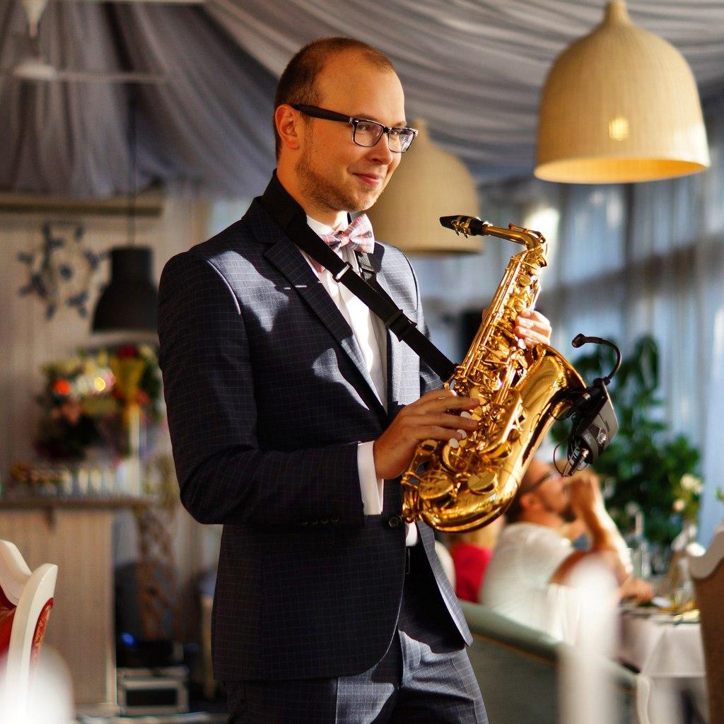 Ведущий, саксофонист Артемий Максимов